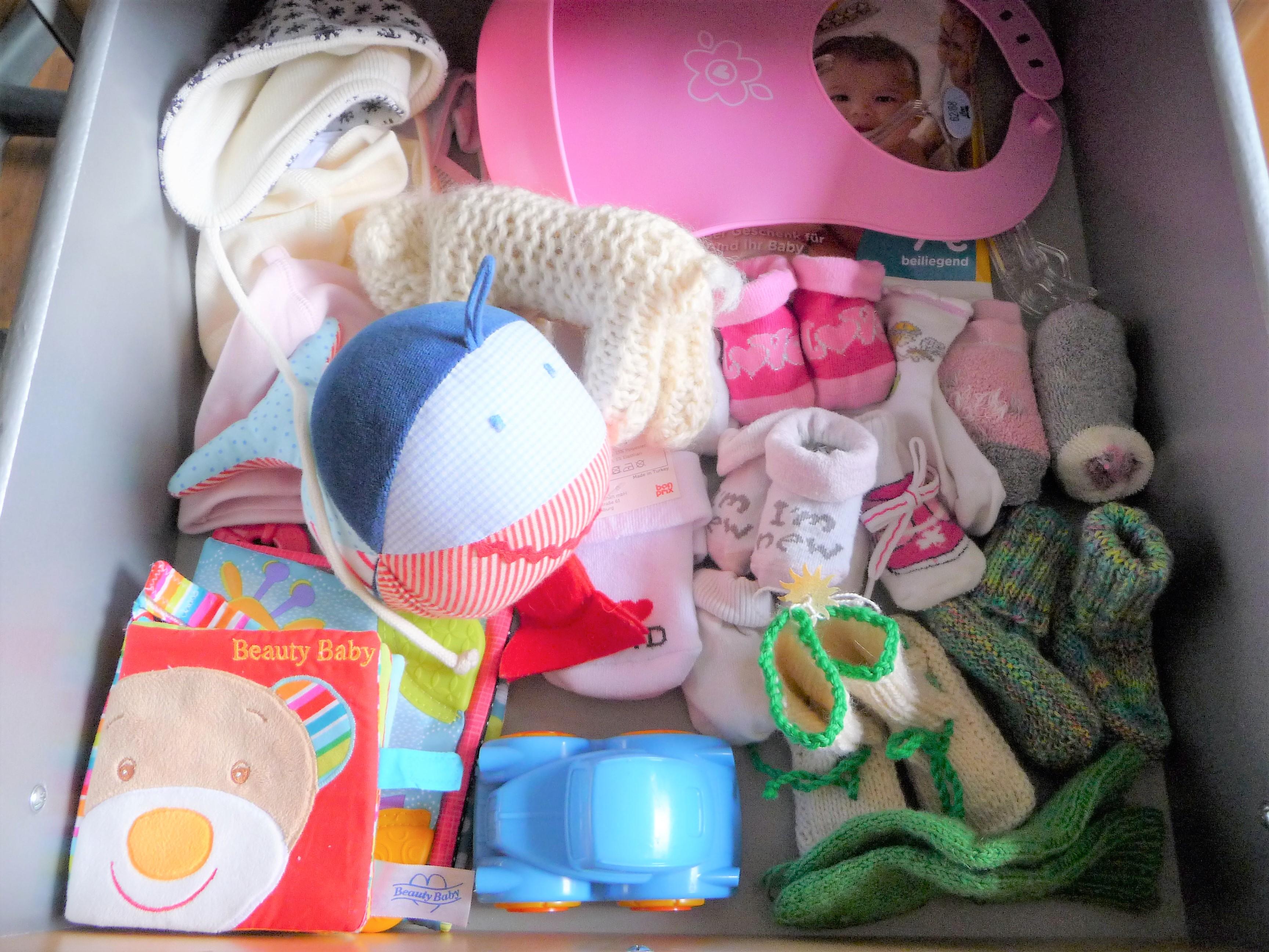 Schublade mit Babysachen