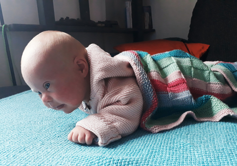 Baby Ronja hebt das Köpfchen