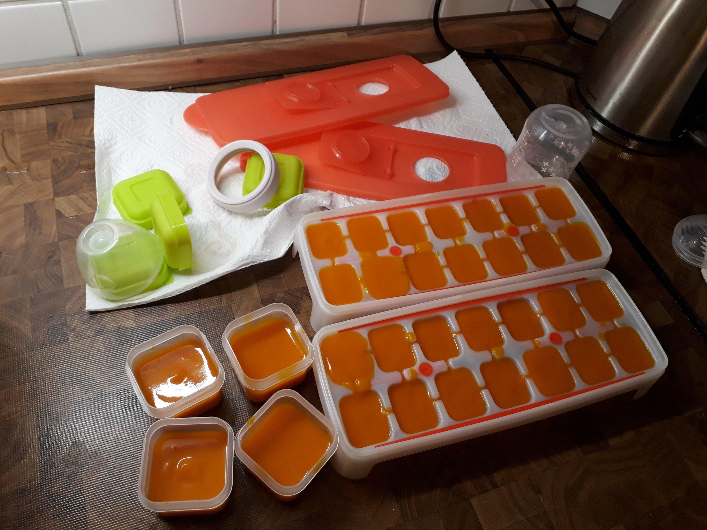 Babybrei ist prima portioniert in Eiswürfelbehälter